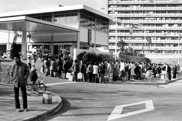 1973年末の石油特売に行列する人たち(北千里駅前)