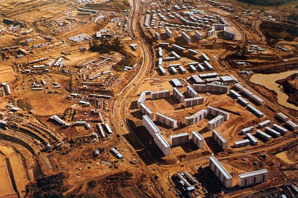 造成地に姿を現した佐竹台(右)、高野台(左)