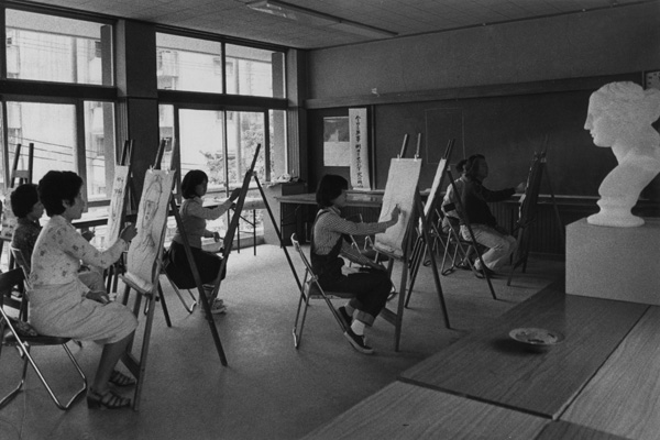 団地の集会室で行われた絵画教室 1975